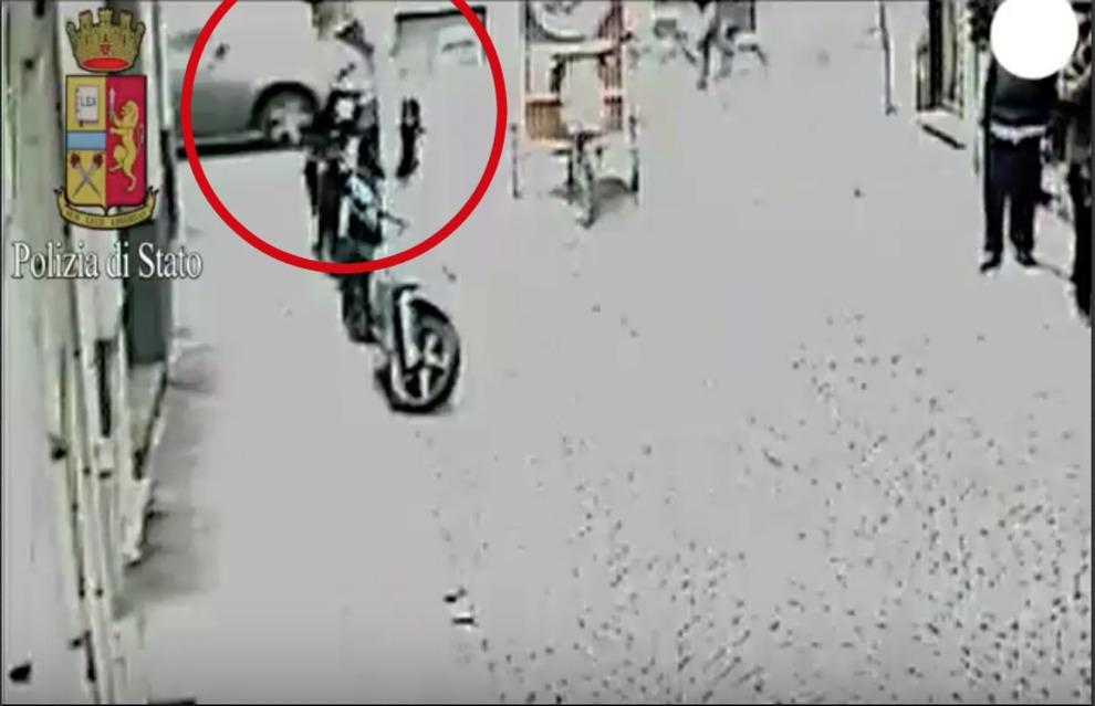 Milano: litiga con ambulante e lo investe, arrestato (2)