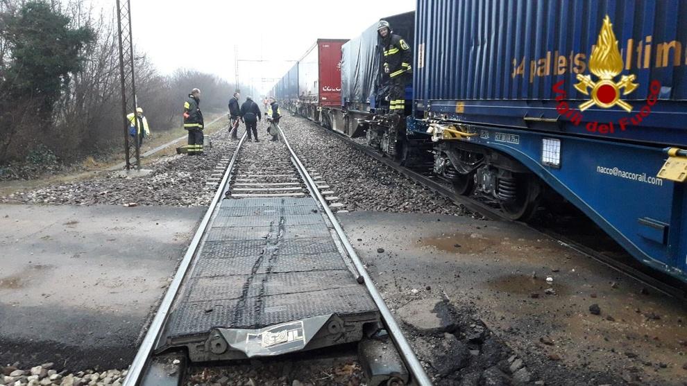 Vagone deraglia sui binari, violento scontro contro un treno merci